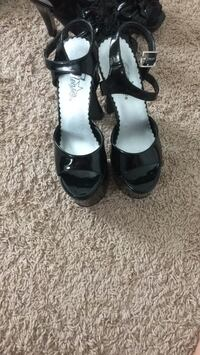 pair of black leather open-toe heeled sandals Longs, 29568