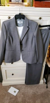 Ladies suit 12P with ivory shell large P Leesburg, 20175