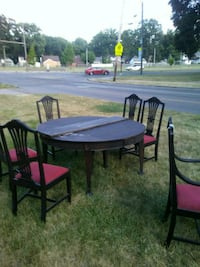 round brown wooden table with four chairs Toledo, 43614