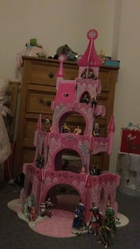 Pink Castle toy + characters included Eastleigh, SO50 6JE