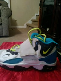 pair of white-and-blue Nike basketball shoes Rex, 30273