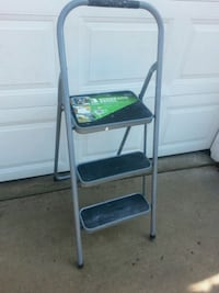 Used Gorilla Ladders 6 Ft Aluminum Step Ladder With 2