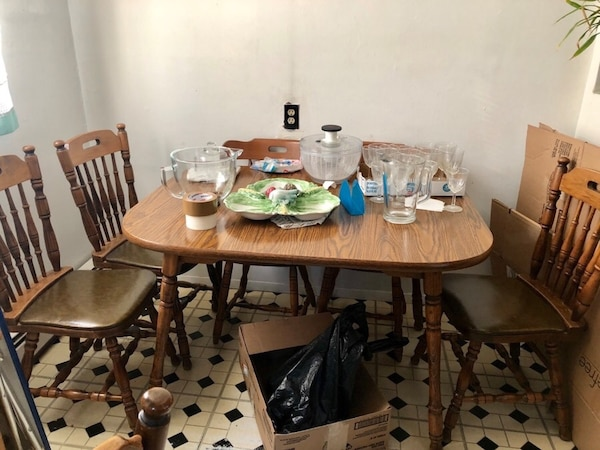 Free expandable table with 6 chairs