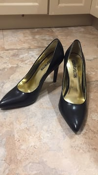 Pair of women's black pointed-toe heels 1955 km