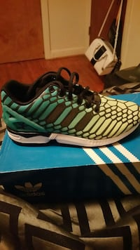 unpaired black and green Adidas athletic  size 6