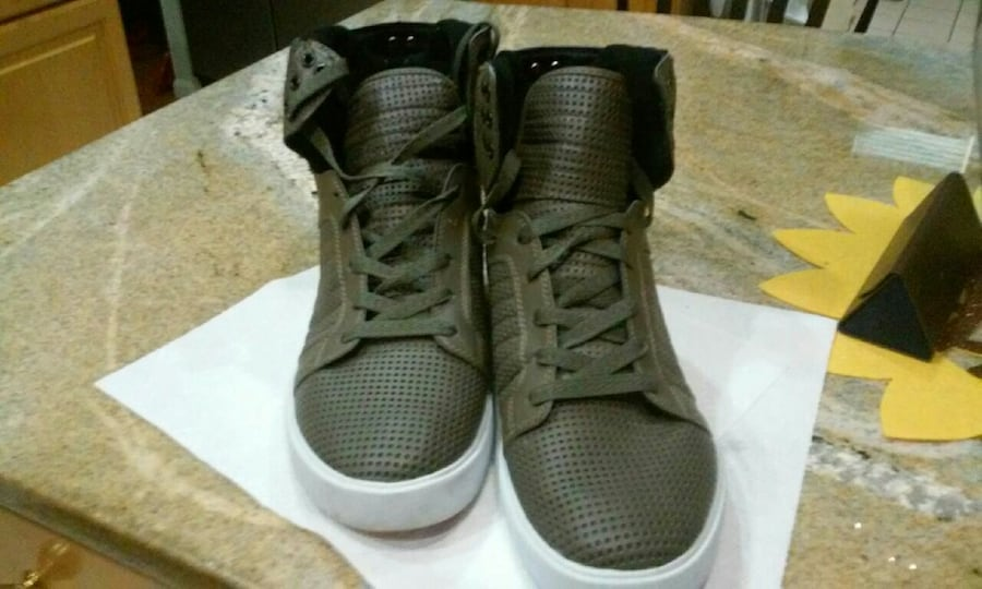 pair of olive green high-top sneakers b359e391-c1b7-4957-8318-a6ab5b8f2f36