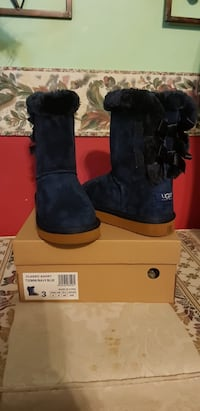 pair of black UGG Bailey Button boots with box 28 km