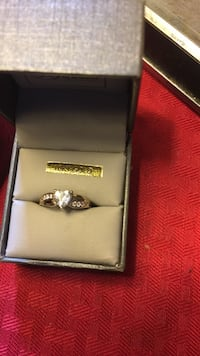 Gold-colored ring with box Warren, 48089