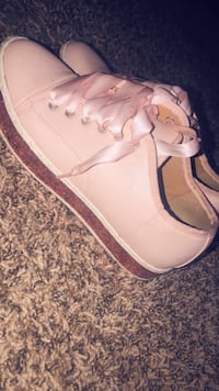 Pair of pink leather low-top sneakers 861 mi
