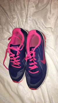 black-and-pink Nike running shoes