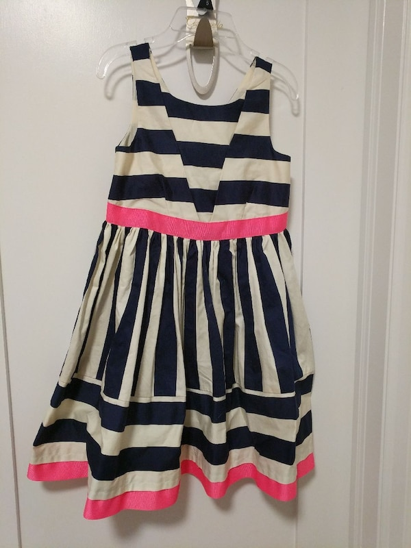 Girls.Pretty dress. Worn once.6x,7 &8 yr olds