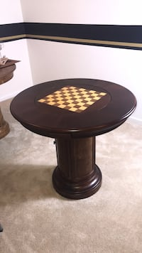 Round brown wooden pedestal game table (mint condition with game pieces) Accokeek, 20613