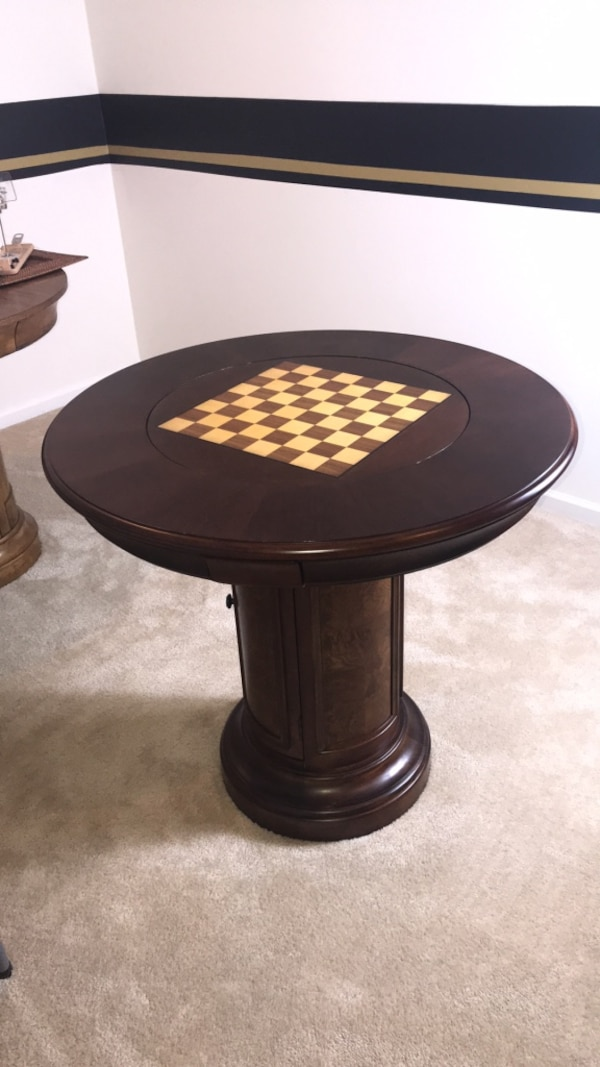 Round brown wooden pedestal game table (mint condition with game pieces)