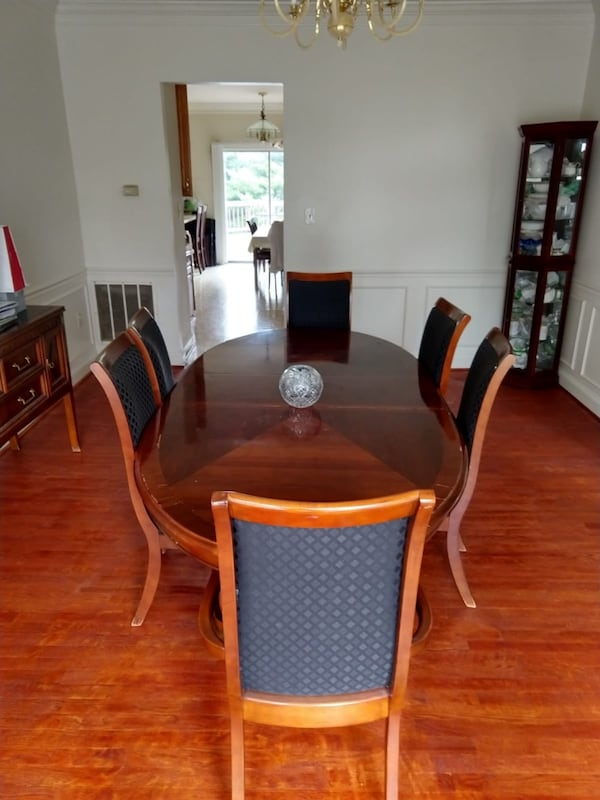Dining Table with 8 chairs 2f15905b-d938-4e8a-b55a-17973973e684