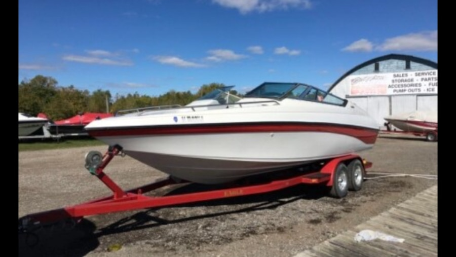 Photo Crownline 225BR Open Bow Boat with Trailer