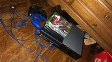 xbox 1 with 2 controllers & games