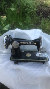 Black and gray singer sewing machine Coquitlam, V3K