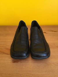 pair of black leather slip-on shoes Montréal, H2S 2G3