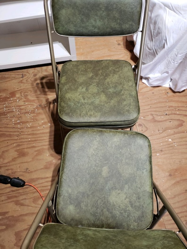 Card table and 4 chairs 86991442-872c-4c84-b590-ad2cc7351679