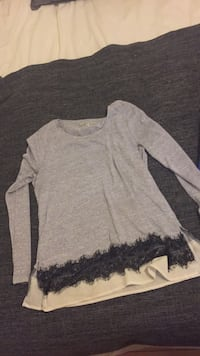 Like new Medium fit grey and white lace work top St Catharines, L2T 4B2