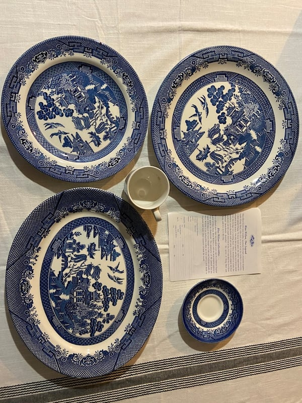 Churchill Blue Willow china 88b3f27e-4317-47b3-b4f4-21825c358369