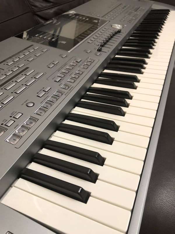 Keyboard- tyros 5 - 76 keys and stand. aa025833-e774-4c52-a431-96be97b311d2
