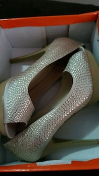 Size 8, high heels, new in box  549 km