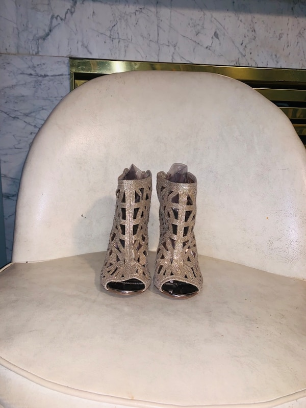 Gold heels  bf7f61c1-4820-4363-8c01-be8c9bc1a547