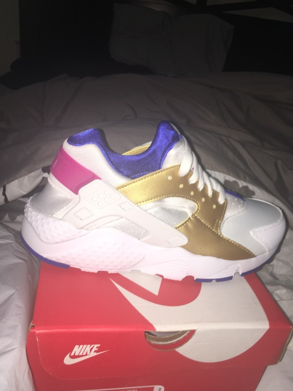 new concept 2677a 21293 unpaired white and red Nike Huarache