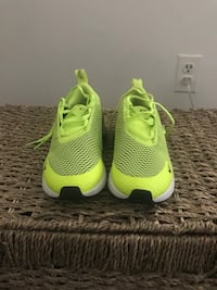 Pair of green nike running shoes size 3 in kids Suitland, 20746