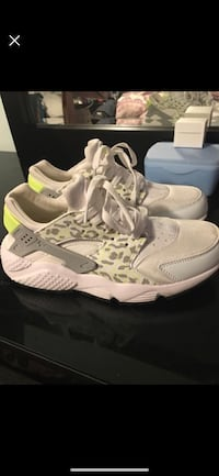 Nike Air Huarache Size 8 Women's  Richmond, V6Y