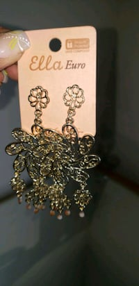 Gold colored dangling earrings Oxon Hill, 20745