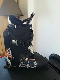 svart salomon snowboard boot