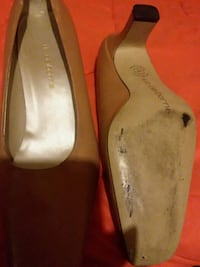 pair of white leather flats 49 km