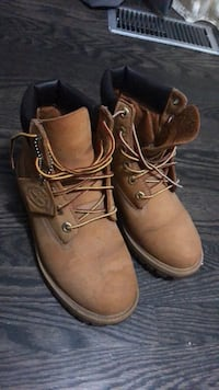 pair of brown Timberland leather work boots 549 km
