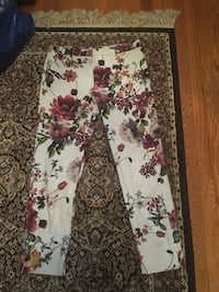 Ladies ankle floral pants size small  524 km
