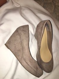pair of suede almond-toe wedge shoes & black lace heels