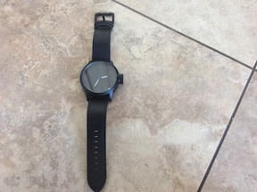 BRAND NEW WATCH DONT KNOW WHY DONT WORK SELLING FOR THE LEATHER STRAP