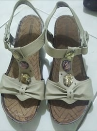 pair of brown leather sandals Vaughan, L4K 1G9