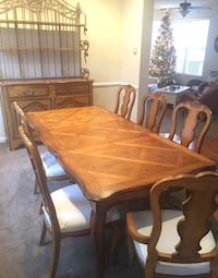 Hekman Dinning table w/ 2 leaves for exstension, 5 sidecgsirs 2 armchairs & Hutch Bristow, 20136