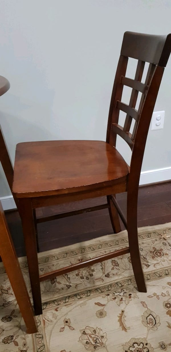 table and 4 chairs 41055a2d-8a0b-4362-8fd7-15bba4ff0a5f