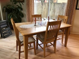 Pretty Dining Room table and chairs