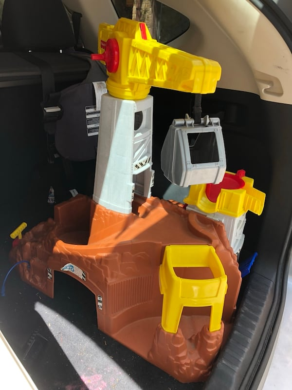 Construction site toy with crane 763a2ef8-0b0f-428e-af8f-0c90e8a014d1