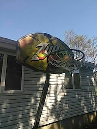 7-Up basketball hoop needs nothing all there Deer Park, 11729