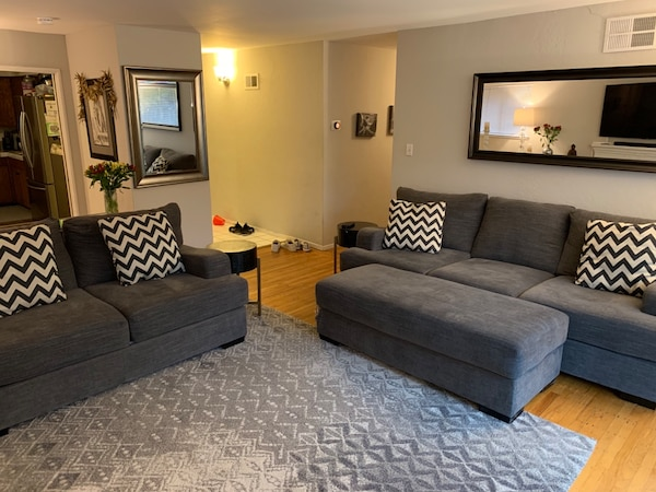 Begagnad Living Es Sofa Loveseat Ottoman With Wide Arms And Deep Cushions Till Salu I Sunnyvale