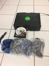1 Xbox 4 controllers 1 cable connector 1 game.