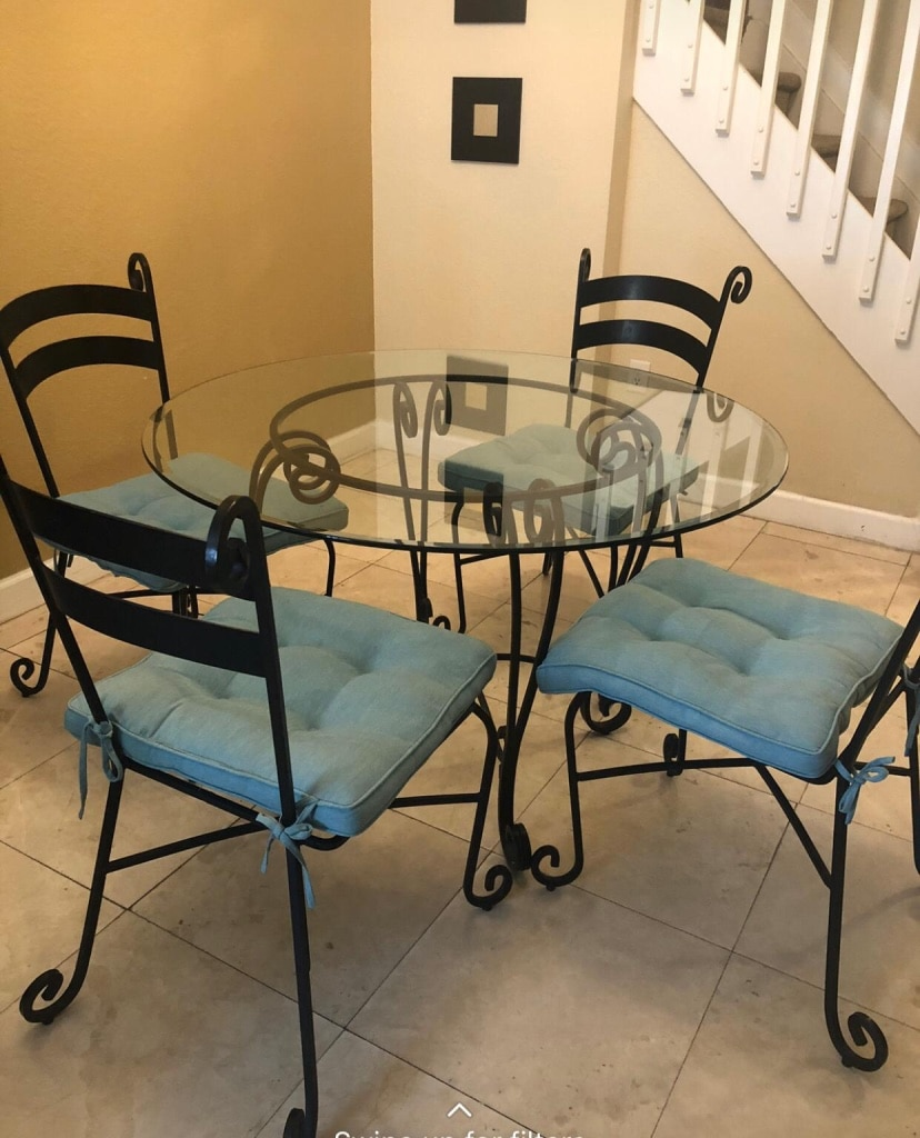 Photo Pier 1 Wrought Iron and Glass table and 4 chairs