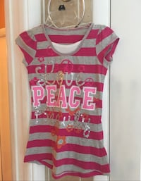 gray, pink, and white Peace print scoop-neck cap-sleeved shirt