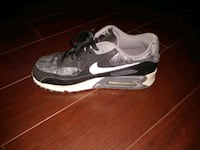 unpaired gray and white Nike Air Max shoe 1201 mi
