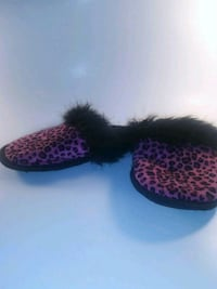 pair of black-and-pink knit shoes 674 mi